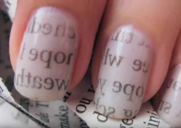 只要一些酒精和報紙,你就能擁有充滿文青FU的指甲彩繪!