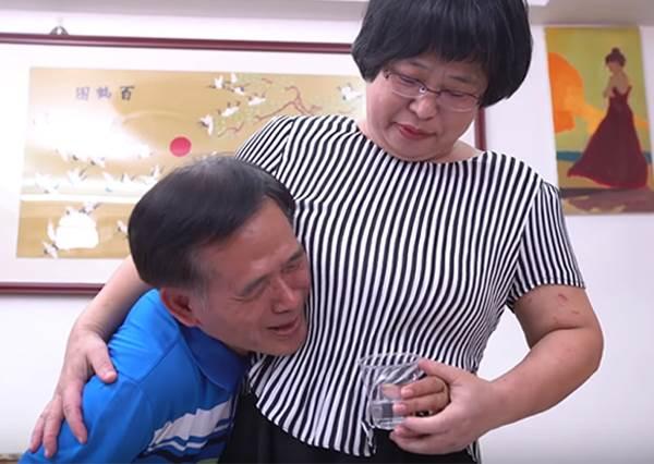 世界上最遠的距離!爸媽挑戰「摟腰喝水」下一秒就窒息,就算喝不到互動還是超有愛啊♡