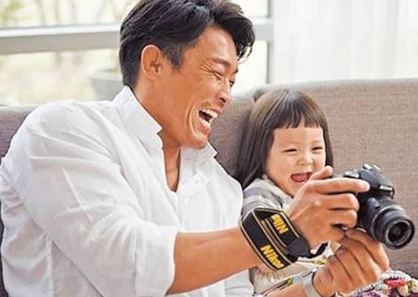 女兒跟爸爸之間的感情,誰也不能插手阿!