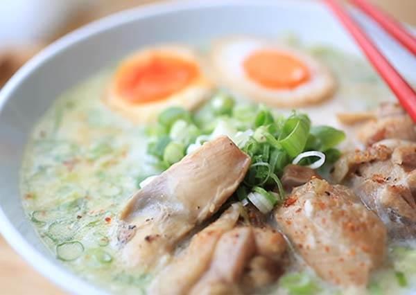 還原日式美味超EASY!在家自製「雞白湯拉麵」零廚藝也OK,濃郁湯頭根本一口接一口~