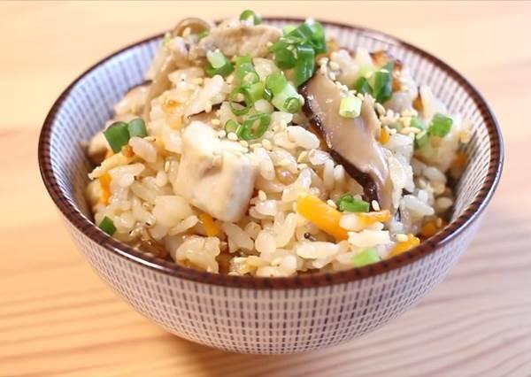 有電鍋就OK!懶人雞肉炊飯 米飯飄菇香好吃到想流淚了