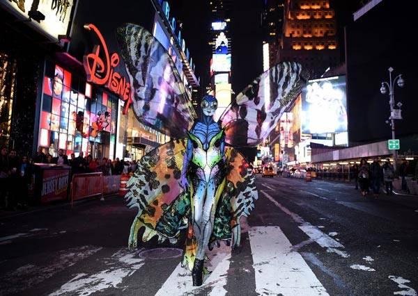 蝴蝶裝、老太婆,然後是......超模海蒂克隆瘋狂萬聖節變裝過程搶先曝光!