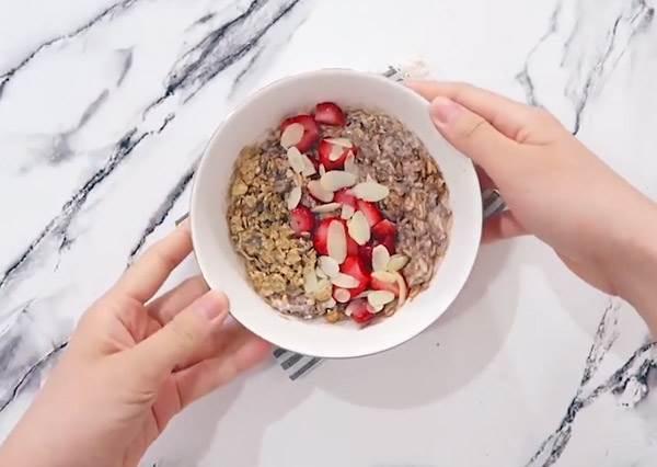 晚起沒有時間做早餐,那就晚上做早上吃!4種隔夜燕麥拌一拌省時又簡單