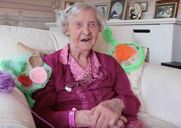 104歲奶奶被稱做最老的街頭藝術家,有她英國才能有「會穿毛衣」的城市!
