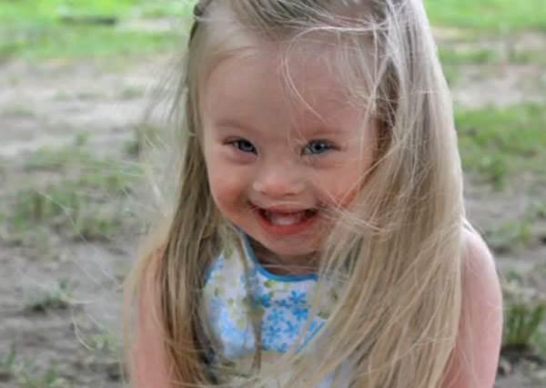 無辜大眼+暖心笑容,原來唐寶寶才是最療癒人心的模特兒!