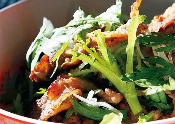 茼蒿也能做熱沙拉?加上酥脆豬肉跟美味醬汁,口感超棒!(還不快看食譜是怎麼做的)