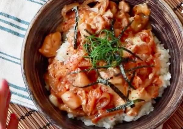 懶人料理懶出新高度!2步驟就把「日式親子丼」端上桌超EASY,只要通通送進微波爐就OK!