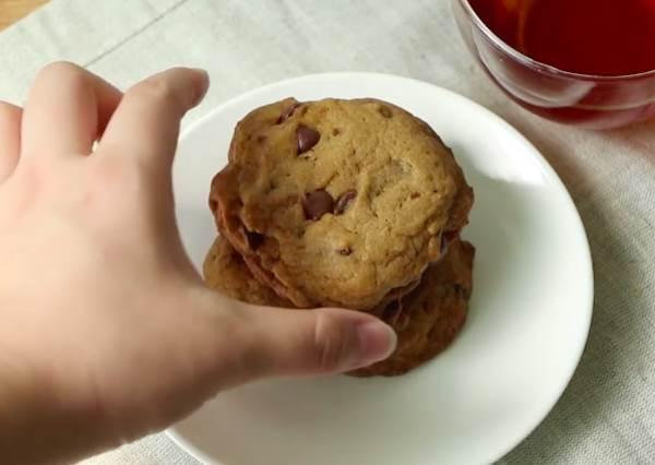 忍不住會伸手一直再拿下一塊!現烤巧克力豆餅乾,下午茶吃J個最幸福了!