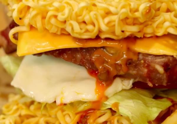 窮酸泡麵變豪華漢堡?!泡麵做的超威厚切牛排漢堡,超瞎趴der~