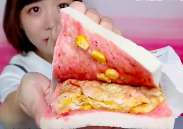 玉米蛋和草莓醬是好朋友?!早餐店阿姨沒說的「隱藏版吃法」:鐵板麵+起司根本100分啊~