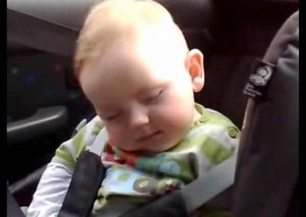 影音/可愛寶寶打瞌睡硬要傻笑惹人愛