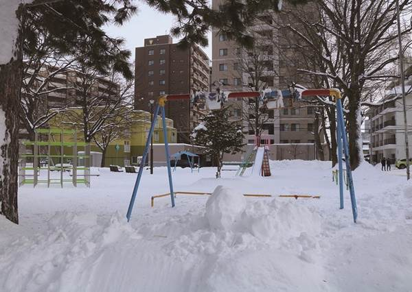 氣溫0度照樣穿短袖吃冰!北海道3項「冬季文化」超奇妙,不怕沒地方冷藏,整個戶外都是大冰箱!