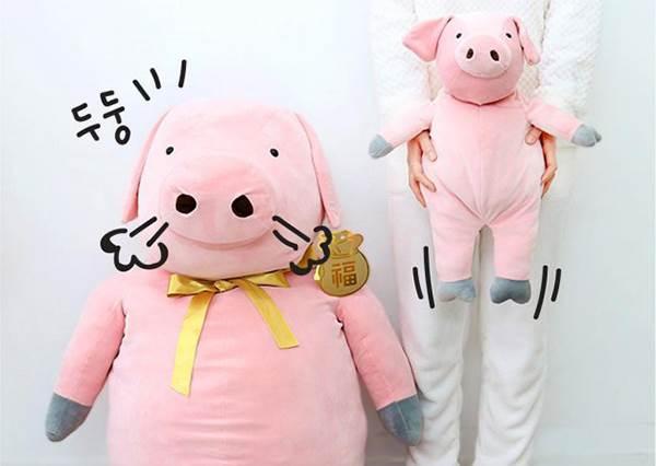 抱緊處理!《2019韓國BUTTER豬年新系列登場》,「巨嬰豬抱枕」可愛到不買對不起自己!