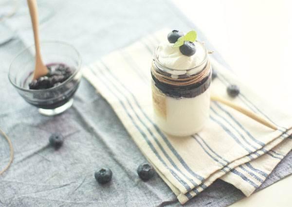 超簡單!糖漬藍莓澆淋在軟嫩布丁上的幸福甜點,懶人教學一次上手!