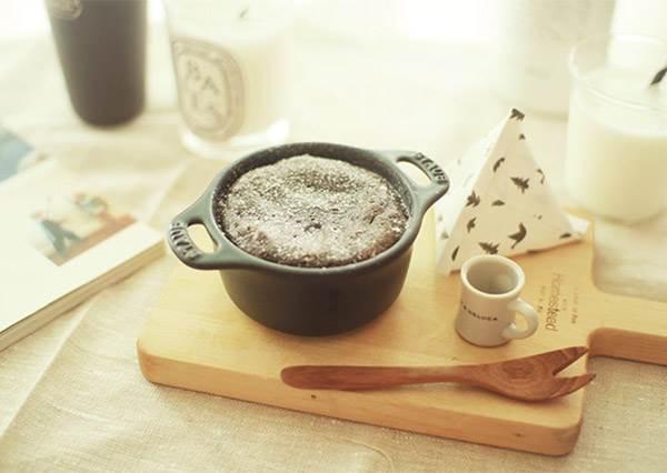 想做出軟綿又暖呼呼的熔岩巧克力蛋糕,美味訣竅就在最後一步驟!