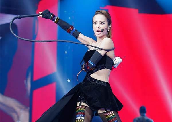 姐根本沒有極限!蔡依林PLAY演唱會ㄧ秒從女妖變身女神,最後的黑蝴蝶裝實在太美了!