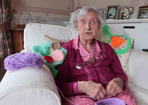 老奶奶的針織魔術,讓經過的路人不得不舉起大拇指稱讚!