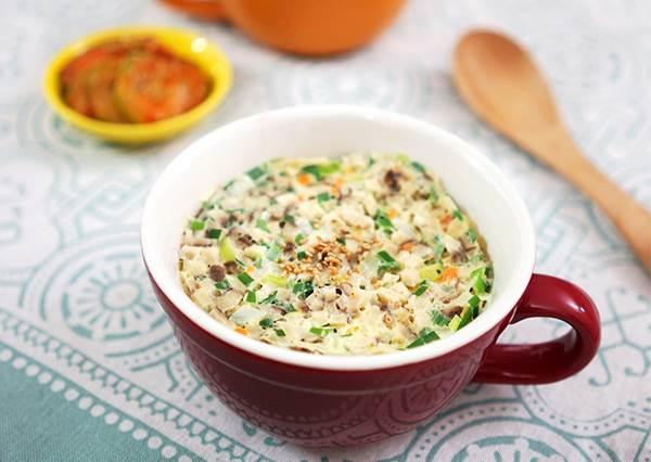 玩出更多蛋料理新花樣!打好蛋加進幾樣配料,加熱完畢就是懶人必學的超營養「蒸蛋杯飯」!
