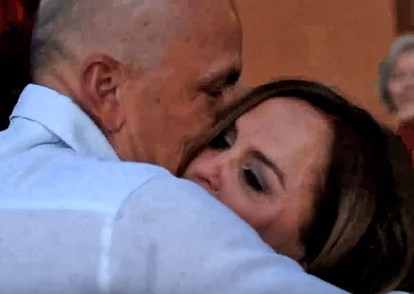 老公明明約好要一起共度結婚30周年的浪漫晚餐卻遲到,當她正不耐煩的時候,最大驚喜才要開始...