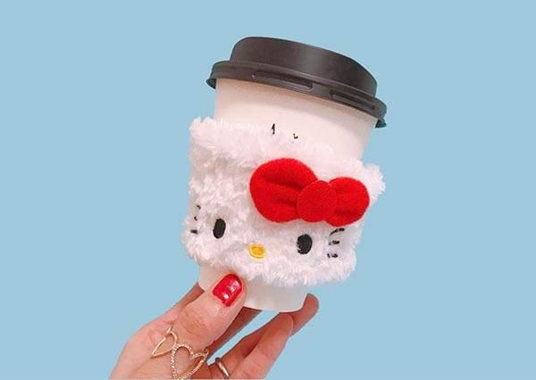 光看就少女心滿點♡日本超商推出「HELLO KITTY杯套」只送不賣,還有超Q包子搭配咖啡剛剛好啊~