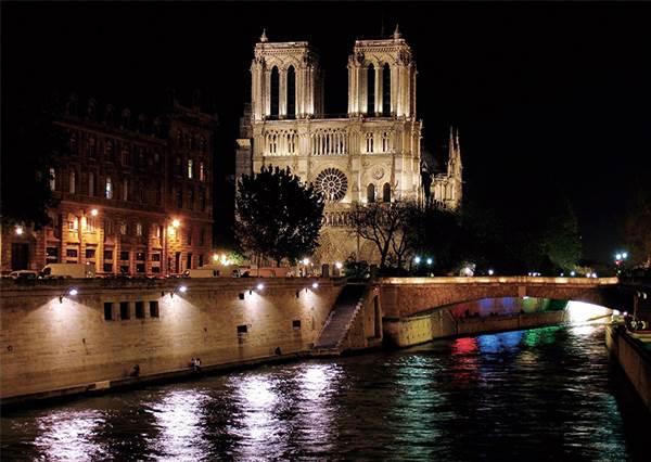 《鐘樓怪人》就是在這誕生的?!回顧「巴黎聖母院」的浪漫時刻:透光的玫瑰花窗只有滿滿夢幻♡