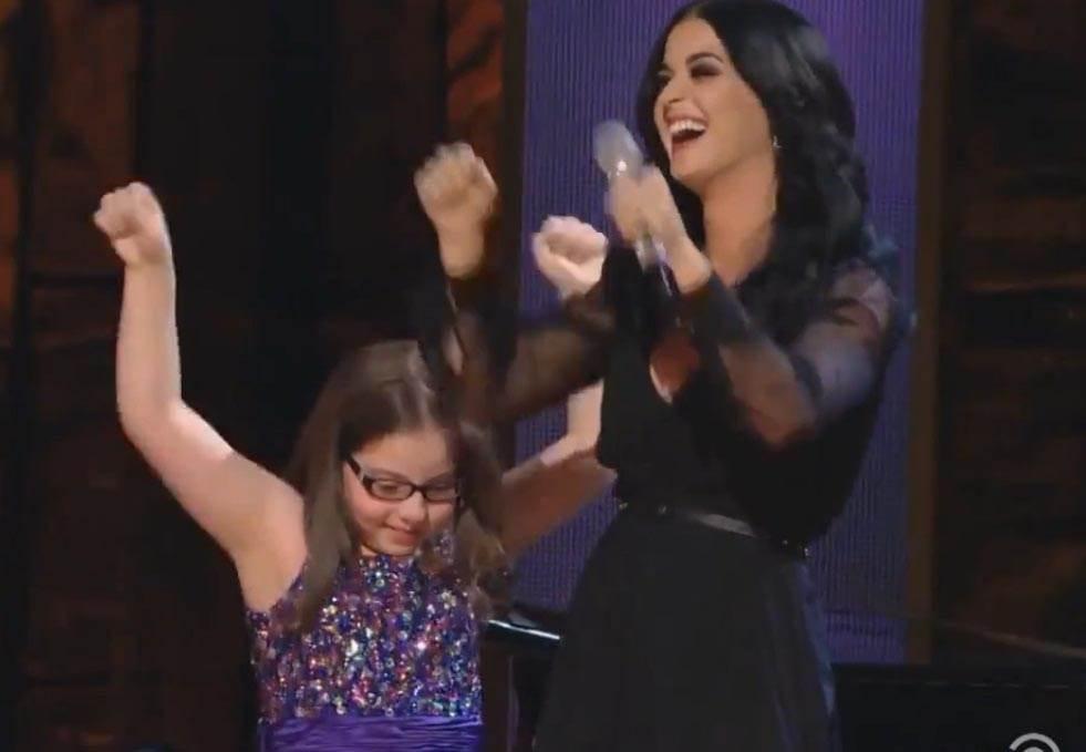 這個小女孩因為自閉症連說話都不敢,但當她站上舞台唱歌後,連凱蒂佩芮都變成配角!