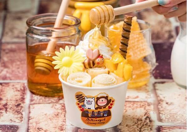 芒果VS草莓好難選!日本「捲捲冰」限定口味超SWEET,還有滿滿超Q配料都快融化在店裡啦♡