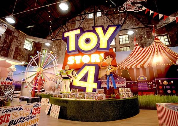 胡迪、巴斯竟有2米高!?《玩具總動員》限定快閃店揪你來開趴,快來闖進玩具們的世界吧