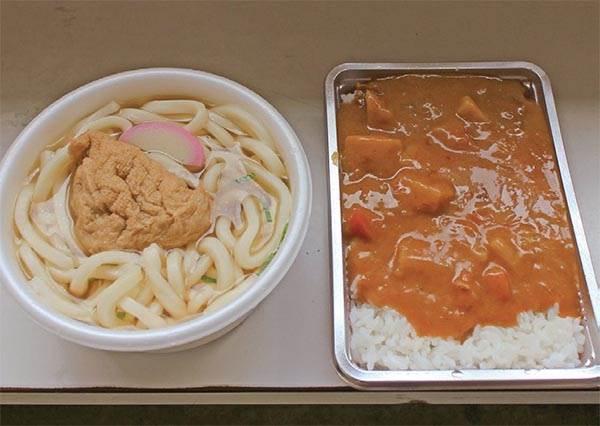 真假!這台販賣機的咖哩飯都是當天現煮,美味到日本當地人天天排隊投幣吃!