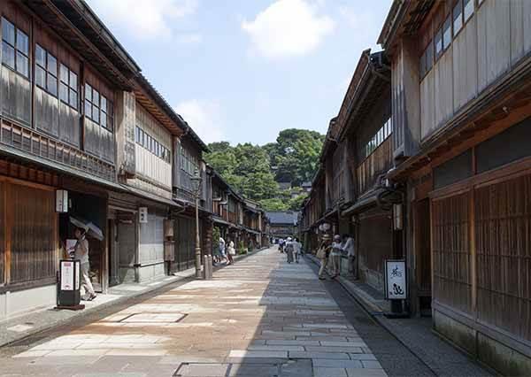 自助旅行想找最新熱門景點玩?推薦去這條老街,懷舊建築物+日本最盛大的燈籠祭典在這都看的到!