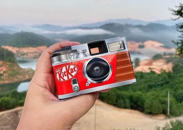 這次不用APP拍照啦!限定款「KitKat造型相機」讓人好想入手,自帶復古濾鏡超有FU啊~