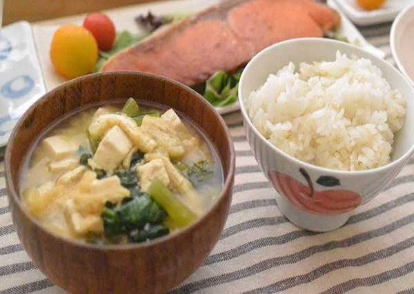 味噌湯不是用煮的!在日本喝味噌湯要用筷子?否則可能會被日本人當三歲小孩!