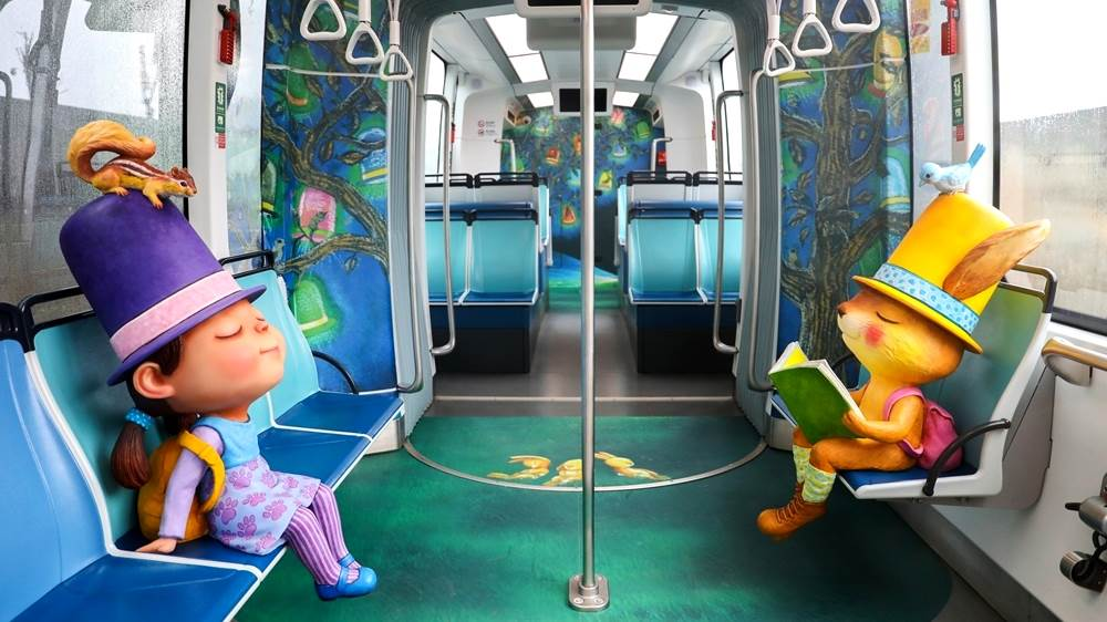 全球第一輛「幾米列車」可愛上路!淡海輕軌推3款主題列車,等身大娃娃陪搭車根本是走進繪本世界!