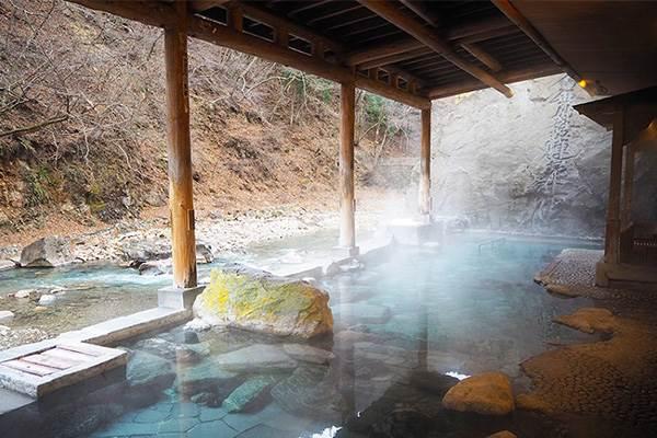 《神隱少女》的湯屋在這裡!日本「5間必朝聖溫泉」,私人露天浴池還能看到一整片星星