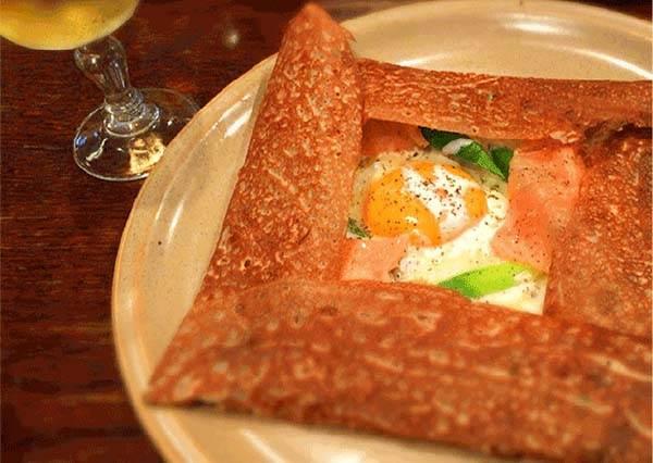 日本第一家法式薄餅店,瞧瞧這煙燻鮭魚佐半熟蛋,等再久都值得!