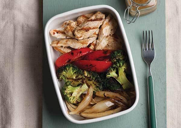 花椰菜雞胸肉沙拉食譜:炭烤過的雞肉再淋上芥末醬,光用看的就讓人口水直流啦!