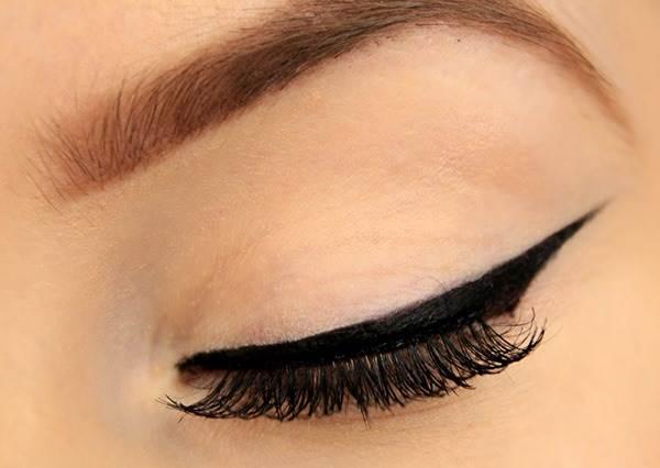 美妝達人只是在上眼皮畫了7個點,一分鐘後百萬伏特的「勾人眼線」就完成了!?