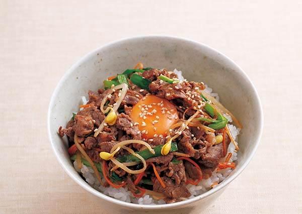 三步驟在家做出香氣滿點的道地韓式拌飯,絕對不能忘了灑白芝麻哦~☆
