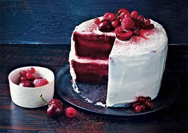 甜點大師教你做莓果紅絲絨蛋糕~原來疊玩雙層蛋糕後還要多做這個動作才行~