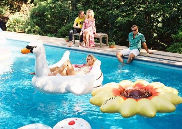 旱鴨子也能很時尚 瞎趴游泳圈讓你成為海灘主角!