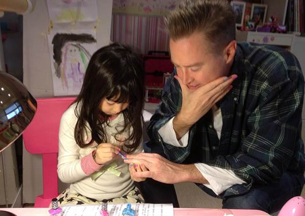 孩子,不要在牆上亂畫啊!盤點願意把自己當畫布的明星暖爸