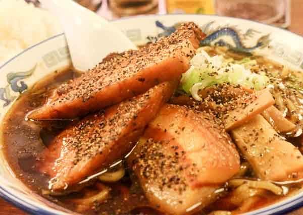 東京第一又黑又鹹拉麵!大塊叉燒搭配黑胡椒&醬油湯頭,味道濃厚卻入口滑順!