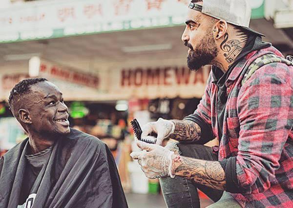 哥理的不是頭,是故事!超酷理髮師用空閒時間免費幫街友理頭!