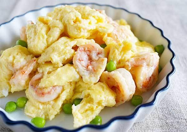 星級飯店大廚才做得出的滑嫩!蝦仁炒蛋美味撇步,原來就是在蛋裡偷加這個!