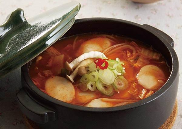 一鍋搞定!要讓「泡菜年糕湯」有濃濃韓國道地味,原來關鍵就是加醬油?!