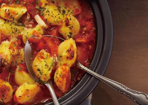 一鍋搞定!經典焗烤奶油貝殼麵,美味秘訣原來是在放進烤箱前對麵條做這個動作!