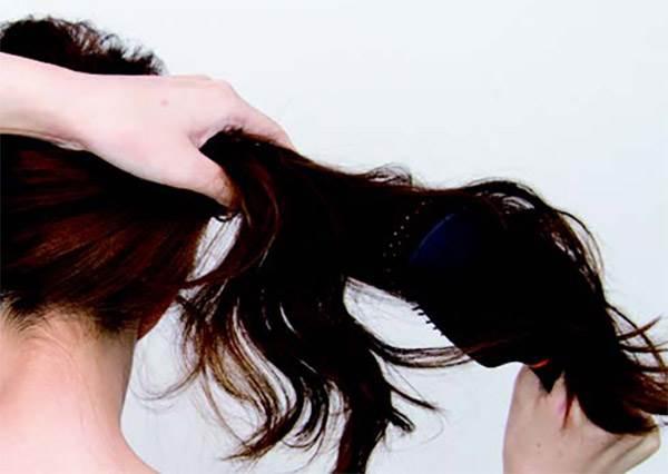 沒有電棒燙沒關係!吹頭髮前這樣綁,不用特殊道具也能吹出超自然捲髮