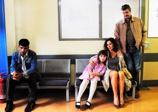 這對父母不想讓女兒坐男子旁邊,但聽完醫生說的話,他們全都低下頭了!