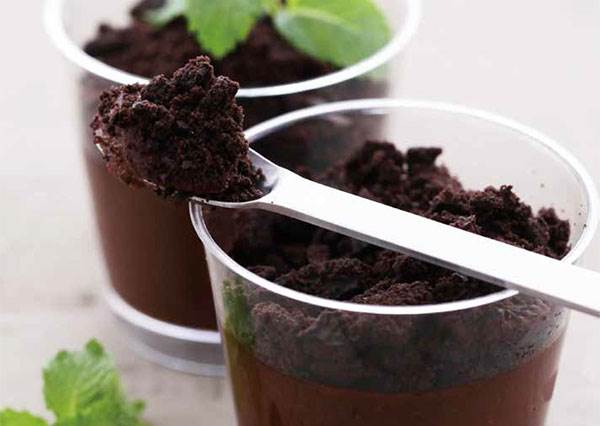 竟然有人在吃土?巧克力+牛奶,不用烤箱就能做出時髦甜點《法式奶油巧克力盆栽》!