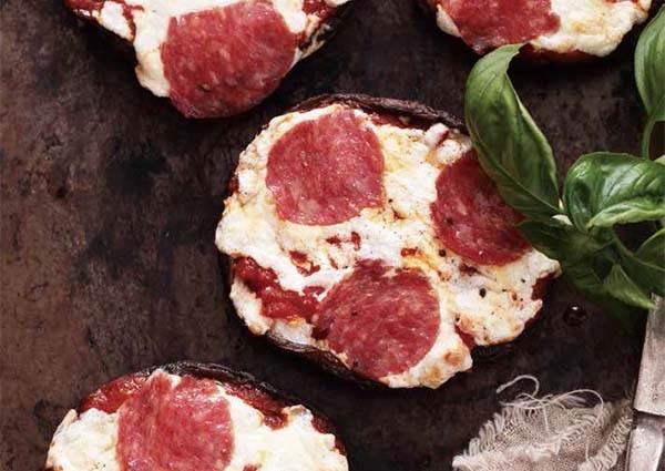 想吃pizza又怕澱粉太多會變胖?用菇類取代餅皮的《迷你披薩》,不但熱量少一些,連困難度也跟著降下來!